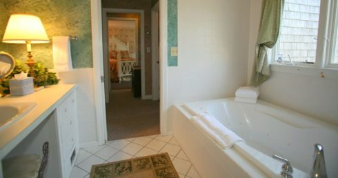 Jacuzzi of the suite with light on